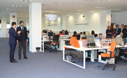 Fern ndez rubio visita la oficina de la compa a alphabet for Oficinas ing en madrid